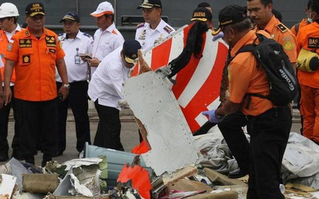 indonesia-tim-thay-mot-hop-den-cua-may-bay-lion-air-bi-nan-1